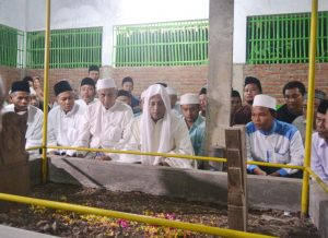 BERDOA - Habib Luthfi saat berdoa di depan makam Mbah Jurangmangu