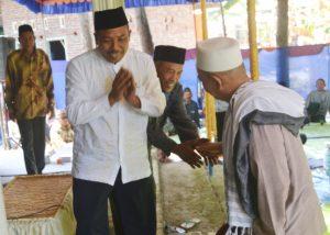 BERSALAMAN - kepala Desa Klareyan, Tariyan bersalaman dengan Habib Ahmad bin Sholeh Al-Habsy, pembicara daam pengajian sedekah bumi.