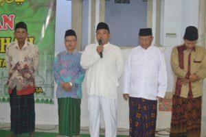 SAMBUTAN - Kepala Desa Klareyan memberikan sambutan sekaligus secera resmi melepas 7 JCH